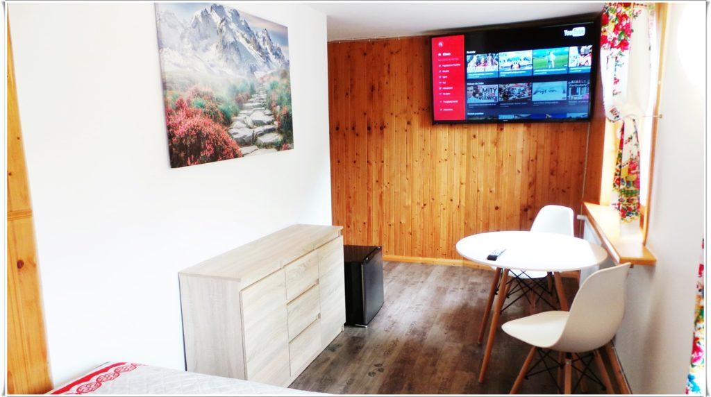 """Apartamenty """"Gubałówka"""" sypialnia wyposażenie TV LED 4K Villa Vista"""